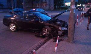 Pijany kierowca skosił słupki na Pradze